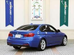 BMW3シリーズセダンは1975年にデビュー。ダイナミックなデザイン、比類ない俊敏性、優れた実用性など、すべてが高次元に高められ、その魅力をさらに深めております。