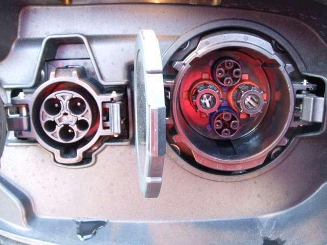 左側が普通充電で右側が急速充電になります。