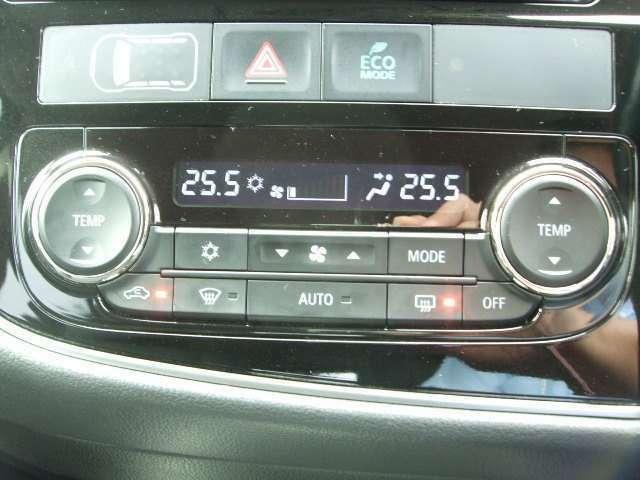 運転席側と助手席側で温度調整ができるフルオートエアコンを装備。