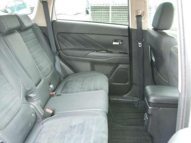 セカンドシートはシート座面を前に出し畳むことで荷室をフラットな状態にできます。