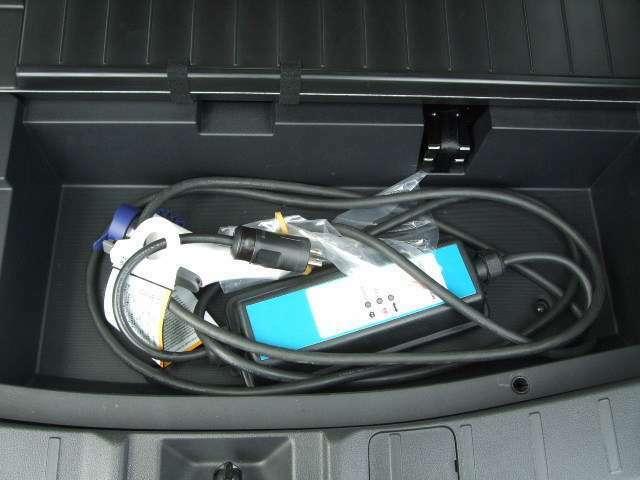 ラゲッジスペース下には充電ケーブルや小物を収納できるフロアボックスを装備。
