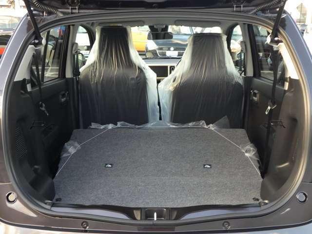 リヤシートは倒して荷室として使用することも可能です。