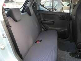 リヤシートは大人が乗っても足元広々!ゆったりと座る事が出来ます。