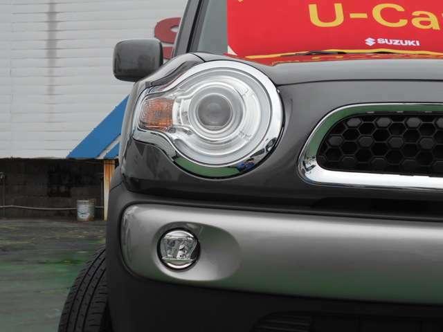 明るい白い光で視界良好なLEDヘッドライト装備!白くて明るい光源で視認性が高まります。夜間のドライブをサポートしてくれます!
