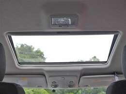 サンルーフを装備☆車内の換気にとても便利で採光性にも優れていますしなにより開放感と高級感がありますね☆後付けできない装備ですのでぜひ装着車をお勧めいたします☆