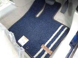 フロアマット装着済み車両です。床が汚れてもマットだけ取り外して掃除ができます。