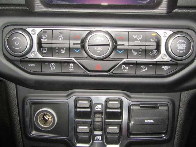 エアコン操作ボタンは大きく分かりやすいデザインです。運転中もカンタンに操作できますね。