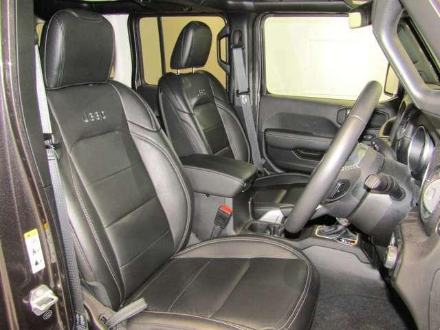 フロントシートにはJeepのエンブレム刺繍、シートヒーター、ハンドルヒータ付きで冬は暖かくしてお乗りいただけます。