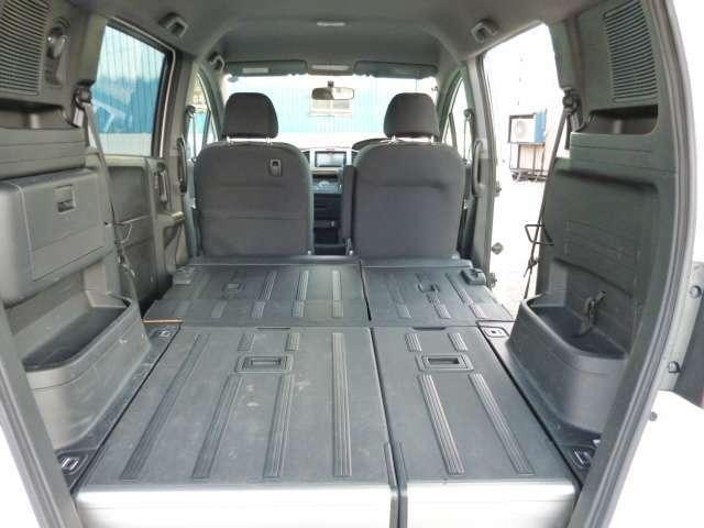 後ろのシートを前に倒すと大きな荷物も積めますよ!