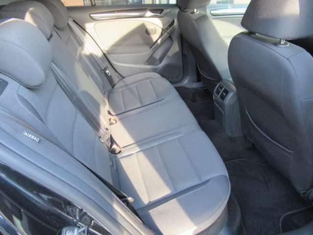 使用感の少ない綺麗なシートです。大人もリラックスして座れます。 UVカットガラス
