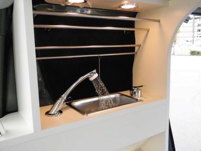 助手席側キャビネットはミニシンクを備え1.5M伸びるシャワーヘッドに5Lの給排水タンクを装備