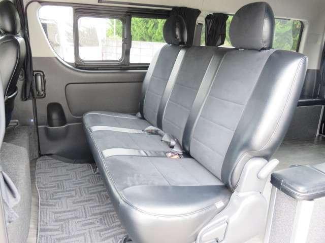 セカンドシートも比較的きれいな状態だと思います。Wエアコンにリアヒーター装備しています。
