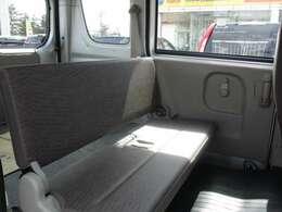 簡易的なシートではありますが荷物を積みつつ後ろにも2名乗ることができます!!