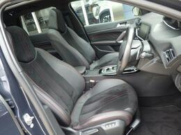 シートはテップレザー/アルカンタラ仕様です。ソフトな座り心地が魅力的です。上質な室内空間で、同乗者の方も心地よい気分にさせてくれます。