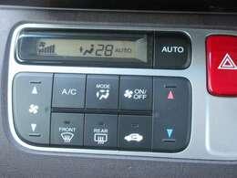 オートエアコン装備!室内の温度を一定に保ってくれる優れもの!運転中にエアコンに気を取られることもなく集中でき、居心地のいい居住空間をサポートしてくれます♪◆お気軽にご連絡下さい。無料 0066-9711-101897
