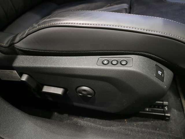 運転席メモリ付きの電動シートです。