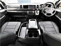 全席黒革調シートカバー装着で高級感を演出!