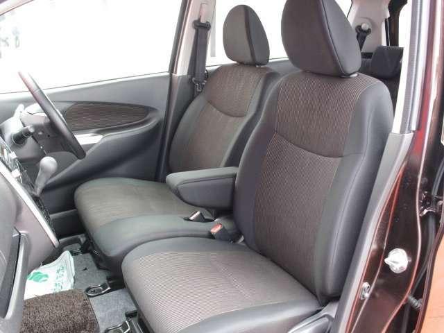 運転席&助手席の広々とした室内は運転しやすさと質感、機能を高めています。