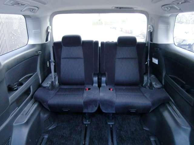 サードシートも手を抜いておりません!リクライニング機能にドリンクホルダー、小物入れも装備!