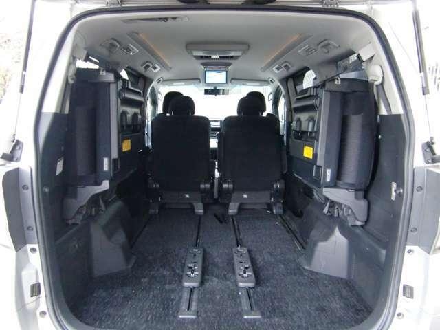 サードシートを跳ね上げれば、余裕の積載能力!!