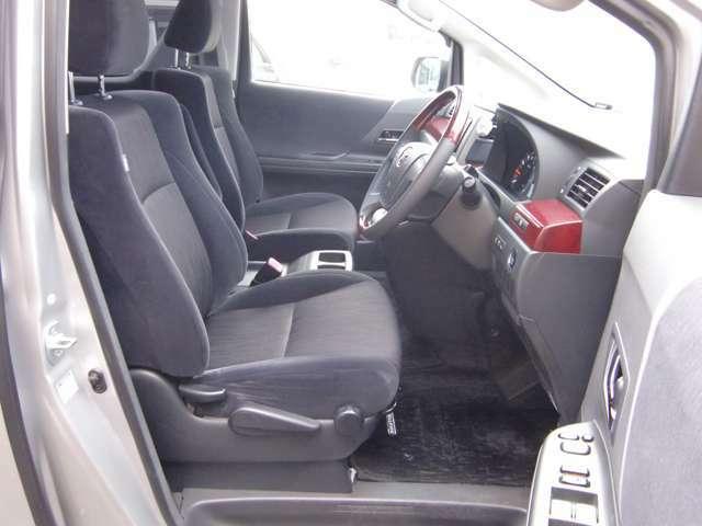 運転席は高さ等細かく調整が可能ですので、老若男女どなた様でもベストなドライビングポジションを設定できます♪