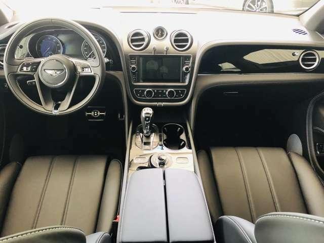 黒で統一された車内は上質な雰囲気を出しております。