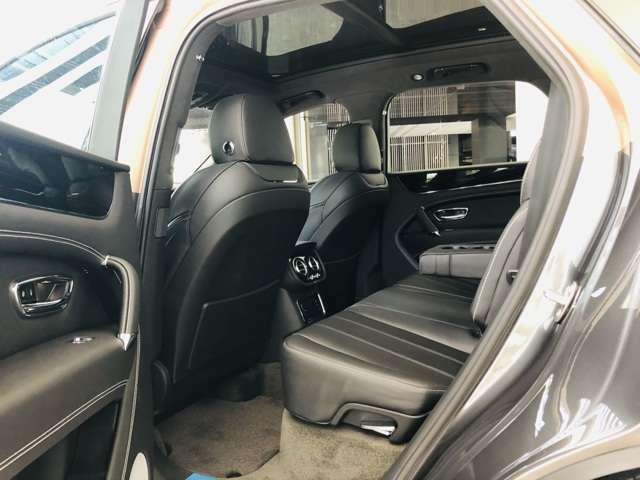 上部全体がサンルーフとなっておりますので、開放感のある車内空間となっております。