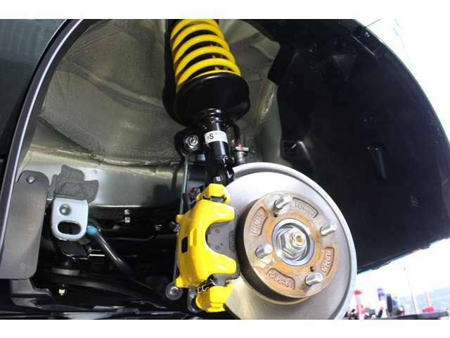 新車入庫時に新品アップサスを取り付けしております。ポジティブキャンバー(逆ハ字)を防ぐ為、フロント2脚には偏心ボルトを使用し調整しております。又、乗り心地を良くする対策もしております。