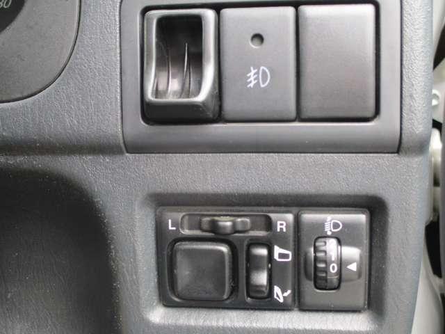 ヘッドライトの高さを調節するライトレベライザー付きです。電動格納ミラー付きです。