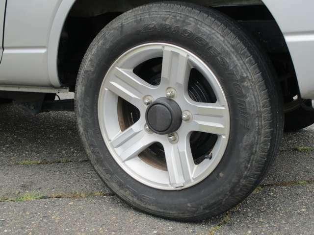 純正16インチアルミ付きです。タイヤの山は5分山くらい残っております。