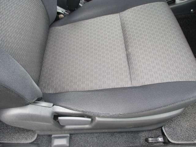 運転席シートです。サイド部分に補修跡がございます。