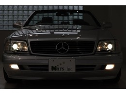 今なお高い人気を誇るR129のSLクラス!!後期型98年式ミレニアム世代のお車で御座います!デザイナー「ブルーノ・サッコ」が手掛けたスタイリング!当時、先進的な技術を盛り込み、安全装備ではポップアップ式の