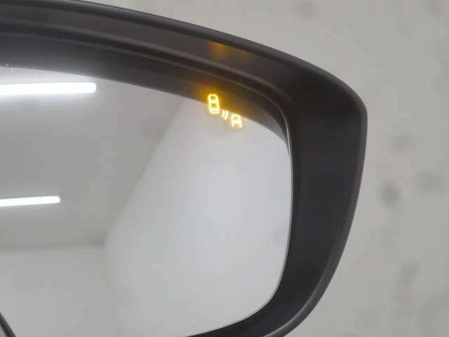 ブラインドスポットモニタリング付で隣車線の車両が死角エリアに入るとドアミラーのLEDインジゲーターが点灯し警告してくれます!!