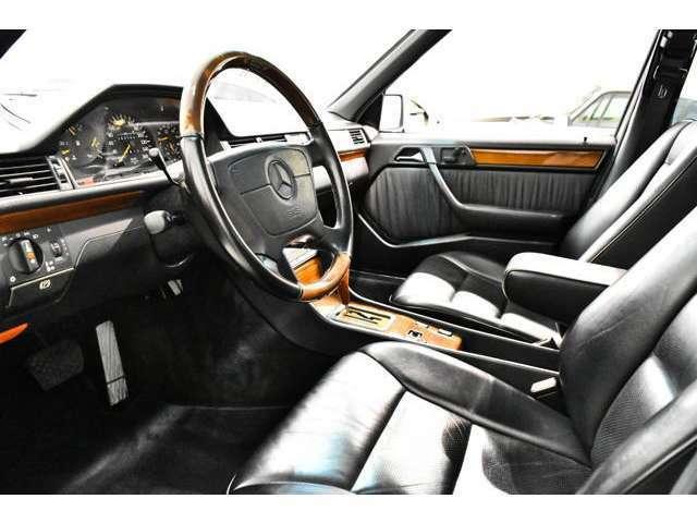 <オプション>・AMGエアロ(フロント、サイド、リア)・AMG17インチアルミホイール・AMGデュアルスポーツマフラー・ウッドステアリング・ウッドシフトノブ・クリアウインカーレンズ