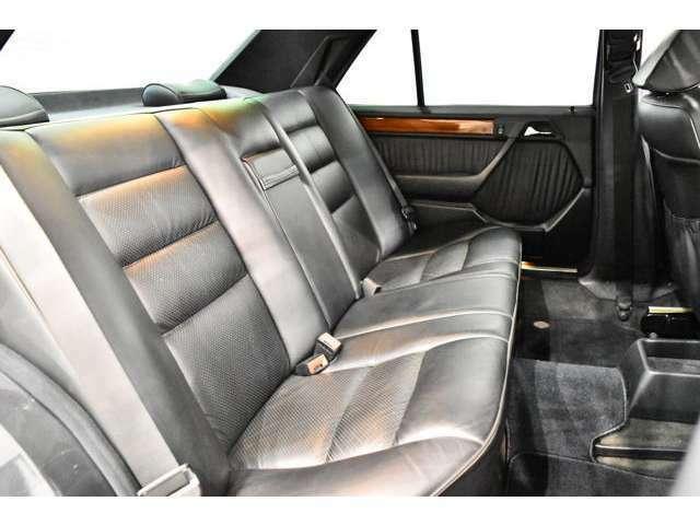 エアコン フルオート、パワーウィンドウ、集中ドアロック、クルーズコントロール、運転席パワーシート、ウッドパネル
