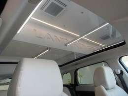 大型のパノラミックルーフは後席の方にも開放感を与える人気のオプションです!