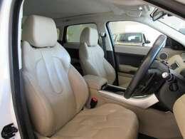 ラグジュアリーパックですのでグレインレザーシートとなっており、運転席にはメモリー機能が付いております。フロントシートヒーターも備わっております。