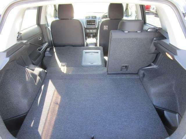 リヤシートを倒すことで荷室を広く使う事ができます。
