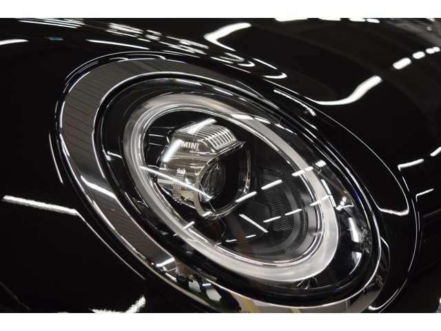 LEDヘッドライトはイルミネーションリング・ヘッドライト・ハイビーム・フォグライトの全てにLEDを導入しています。夜間対向車に不快を与えることなく安全の為にクリアな視界を確保できます。