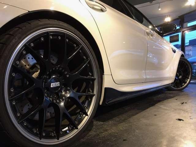 BBS21インチアルミ・・・3Dデザインの車高調・・・そして3Dデザインのスカート・・・この後輪がエンジンからのパワーを引き継ぎ、アクラボビッチスポーツマフラーからのエキゾーストを吐き出し暴れ出す・・