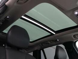 ◆パノラマサンルーフ【ボタン1つで開閉操作が可能です!車内の開放感がUP♪居住空間も広く感じる事ができます!】
