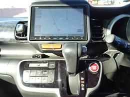 エンジン・ミッション・エアコン等の主要機関から車内の快適装備、オイル等の消耗品に至るまで、国家整備士が点検整備を行います。また外装の目立つキズに関しましても納車までに無料で板金修理をさせて頂きます。