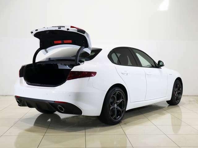 競合車と比較しても大きなトランク開口部!荷物の出し入れがしやすくなっております!