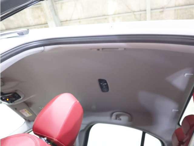 クーペスタイルながらも車内頭上スペースはしっかり確保されております!