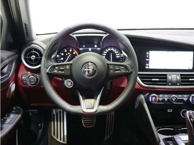 コックピットのような運転席!ハンドル周りのスイッチ類の操作性を向上しております!スポーツカーならではのパドルシフトも魅力的です!