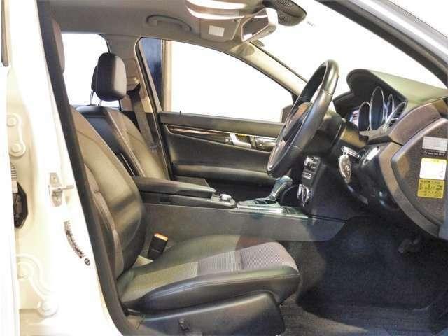 ●アバンギャルド専用のハーフレザーシートとなります。可動部位の多いパワーシートでしっかりとドライビングポジションの設定が可能です♪シートの状態も大変良く、室内専用のクリーニング剤で仕上げ済みです♪