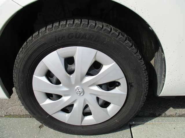純正スチールホイール&ホイールキャップ。タイヤサイズは175/65R15、現在冬タイヤ装着で残り溝は約5ミリです