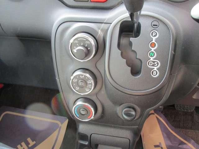 手が届きやすい所にミッションレバーがあるので運転しやすい