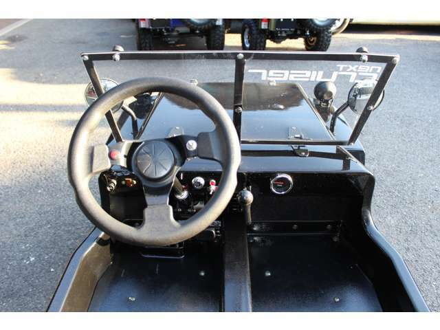 シフトは上から「リバース」「ニュートラル」「1速」「2速」「3速」と本格的な仕様ですが操作は簡単!運転免許は普通自動車運転免許で1人乗り49CCの原動機付自転車(ミニカー登録)で、公道走行もできます!