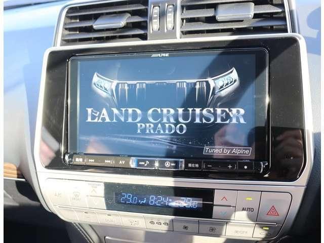オプションにてアルパイン製9インチSDナビを搭載しています☆地デジTV、CD・DVD再生・音楽録音・Bluetooth機能付き☆高画質・高音質で快適なドライブがお楽しみ頂けます☆走行中もテレビ映ります